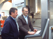 Stefan Feichtlbauer (rechts) hebt im Gespräch mit Michael Vogt, Renishaw GmbH, die Vorteile der Werkzeugbruchüberwachung TRS2 hervor.
