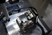 ATOM安装在光学间隙平台的4个轴上