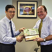 Mr Loh Yew Chiong, Singapore Polytechnic (left) and Mr Steve Bell, Renishaw ASEAN (right) exchanging gifts