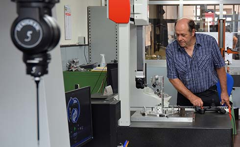Paolo Orlandi, Head of Quality at R. Busi, measuring a part with 5-axis technology