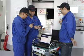 Jingdiao employees discussing the use of QC20-W ballbars